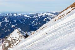 Inclinação de montanha nevado com panorama da montanha Fotos de Stock Royalty Free