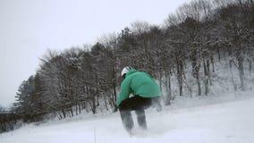 Inclinação de salto da neve do Snowboarder filme