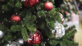 A inclinação disparou acima da árvore de Natal com as bolas vermelhas e do White Christmas video estoque