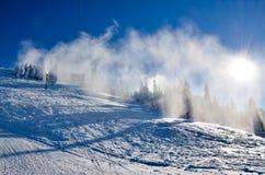 Inclinação do esqui coberta pela neve e pela luz do sol Fotos de Stock