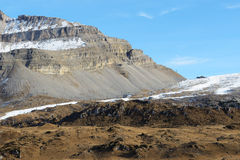 A inclinação do esqui com uma vista em montanhas de Dolomiti Fotos de Stock