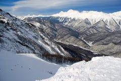 Inclinação do esqui do recurso de montanha imagem de stock