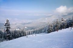 Inclinação do esqui e panorama das montanhas do inverno fotografia de stock royalty free
