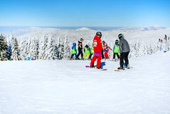 Inclinação do esqui, pessoa que esquia abaixo do monte, Mountain View Imagem de Stock Royalty Free