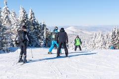 Inclinação do esqui, pessoa que esquia abaixo do monte, Mountain View Foto de Stock Royalty Free