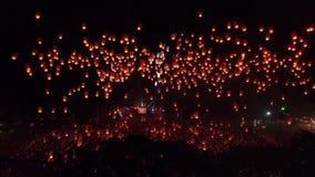 Inclinação do zangão acima com mil lanternas 4k 60fps vídeos de arquivo