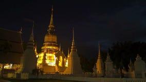 Inclinação dourada do pagode da noite do lapso de tempo acima vídeos de arquivo