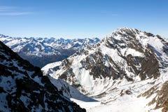 Inclinação nas montanhas dos cumes, Áustria do esqui, Stubai imagem de stock royalty free