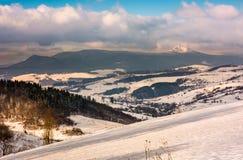 Inclinação nevado no campo montanhoso imagens de stock royalty free