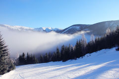 Inclinação no recurso de esqui Fotos de Stock Royalty Free