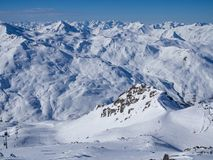 Inclinação no recurso de esqui em Courchevel França, 2018 Céu azul e muita neve Vales da região 3 imagem de stock royalty free