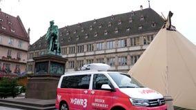 A inclinação-para baixo à tevê Van dos meios em vazio coloca Gutenberg após o ataque terrorista filme