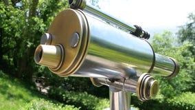 Inclinação-para baixo a sightseeing binocular na floresta de Orschwiller filme