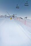 Inclinação recentemente preparada do esqui com elevadores de cadeira Fotografia de Stock Royalty Free