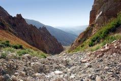 Inclinação rochosa - canal no Tien Shan imagens de stock