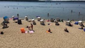 Inclinação sobre os povos que nadam e que apreciam o tempo quente na praia de Wannsee video estoque