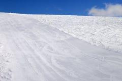 Inclinação vazia do esqui no dia do sol Fotos de Stock Royalty Free