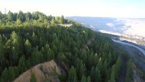 Inclinação verde da silvicultura com a plataforma de observação no poço do asbesto filme