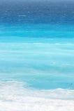 Inclinações azuis do oceano na praia do Cararibe Fotos de Stock Royalty Free