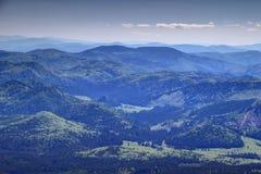 Inclinações delicadas com as montanhas eslovacas Eslováquia do minério das florestas verdes fotografia de stock royalty free