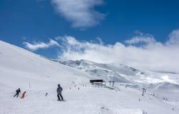Inclinações do esqui de Pradollano em montanhas de Sierra Nevada na Espanha Imagens de Stock