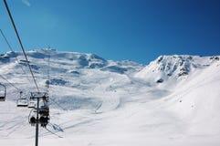Inclinações do esqui em alpes franceses Fotografia de Stock Royalty Free
