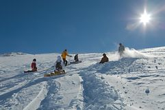 Inclinações do esqui na luz do sol Fotos de Stock