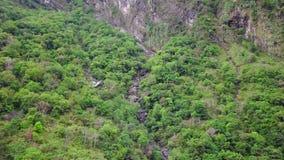 Inclinações dos montes no parque nacional do desfiladeiro de Taroko em Taiwan Silhueta do homem de neg?cio Cowering vídeos de arquivo