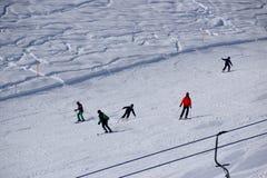 Inclinações e esquiadores do esqui fotos de stock royalty free