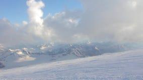 Inclinações nevado e abandonadas do Monte Elbrus filme