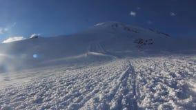 Inclinações nevado e abandonadas do Monte Elbrus vídeos de arquivo