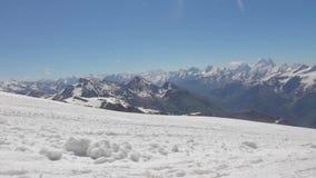 Inclinações nevado e abandonadas do Monte Elbrus video estoque