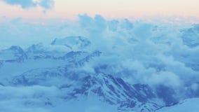 Inclinações nevado e abandonadas do Monte Elbrus no por do sol filme