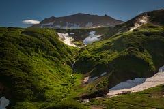 Inclinações verdes e características térmicas do vulcão de Mutnovsky Foto de Stock Royalty Free