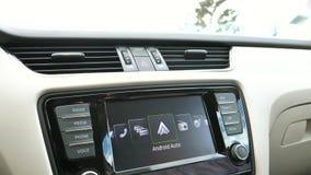 Inclinación-abajo al tablero de instrumentos auto de Android en coche de lujo almacen de video