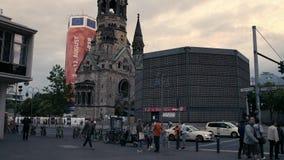 Inclinación abajo de Kaiser Wilhelm Memorial Church Gedächtniskirche en Berlín - 4K almacen de video