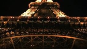 Inclinación abajo de la torre Eiffel en la noche almacen de video