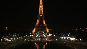 Inclinación abajo de la torre Eiffel en la noche metrajes