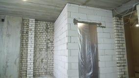Inclinación abajo de la vista del sitio interior de la reconstrucción almacen de metraje de vídeo