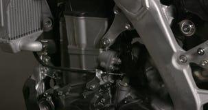 Inclinación abajo de un motor de la motocicleta almacen de metraje de vídeo