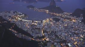 Inclinación abajo del tiro de la noche de Botafogo y de Sugarloaf Mountai en Rio De Janeiro, el Brasil almacen de metraje de vídeo
