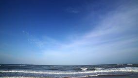 Inclinación abajo - la acumulación se nubla sobre la playa arenosa conmovedora de las ondas metrajes