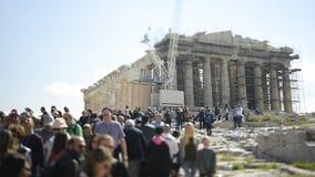 Inclinación-cambio del monumento del Parthenon de la muchedumbre grande irreconocible de la gente que camina metrajes