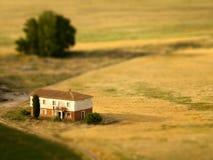 Inclinación de la casa de campo cambiada de puesto Fotos de archivo