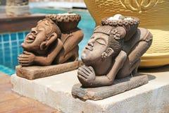 Inclinación de la muchacha y escultura de piedra que saluda Fotografía de archivo libre de regalías