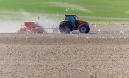 Inclinación de la primavera con el tractor Imagenes de archivo