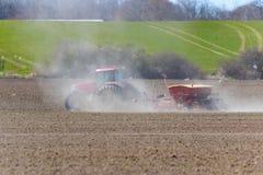 Inclinación de la primavera con el tractor Imagen de archivo libre de regalías