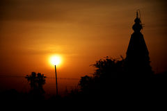 Inclinación de Sun delante del templo indio Foto de archivo