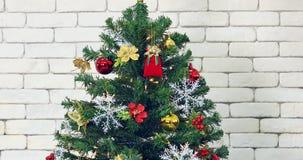 Inclinación del vídeo del árbol de navidad magnífico almacen de metraje de vídeo
