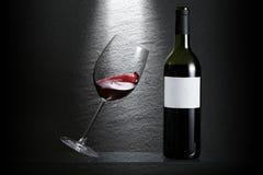 Inclinación del vidrio de vino foto de archivo libre de regalías